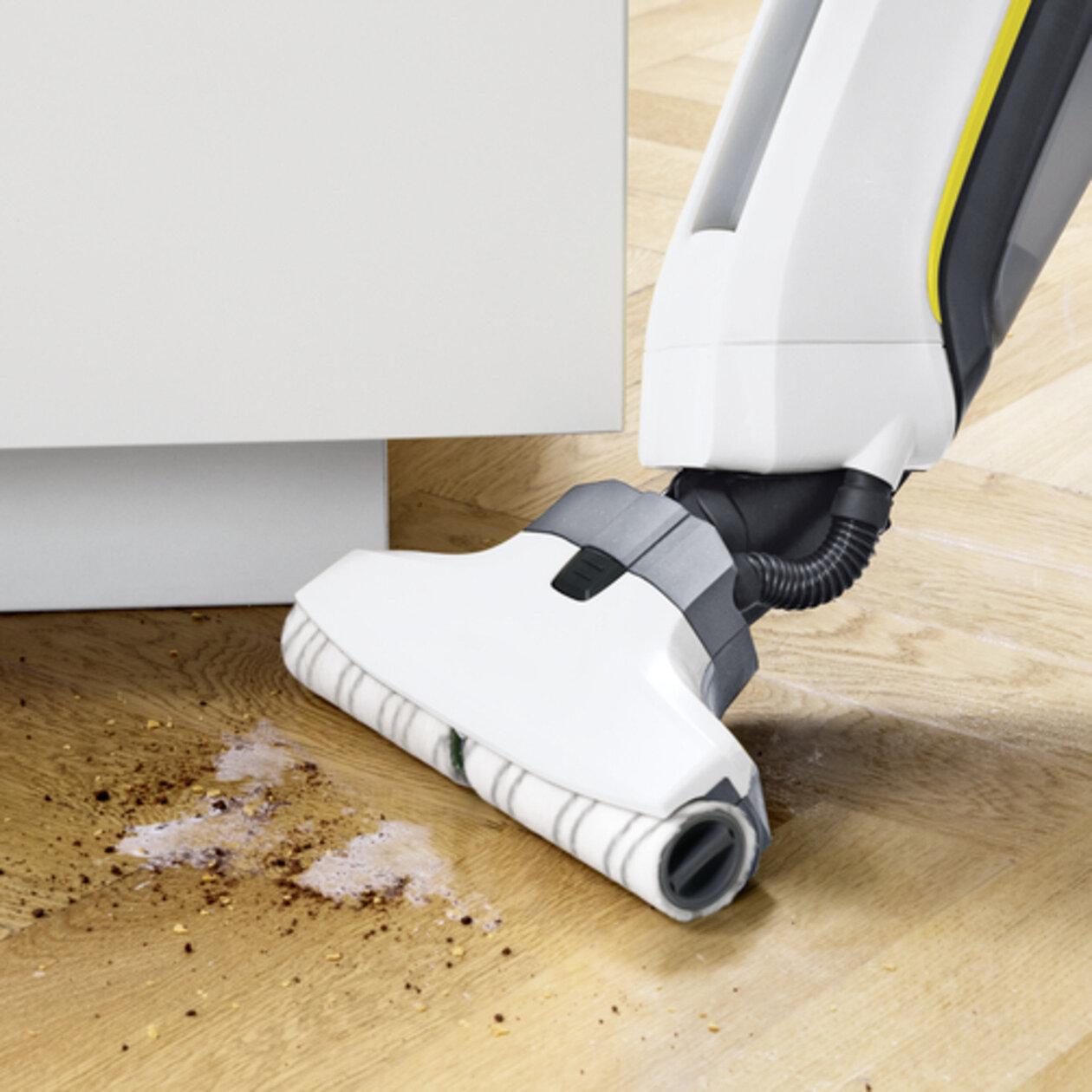 Поломойная машина для дома FC 5 Cordless Premium: Удаляет пыль и жидкость с твердых полов.