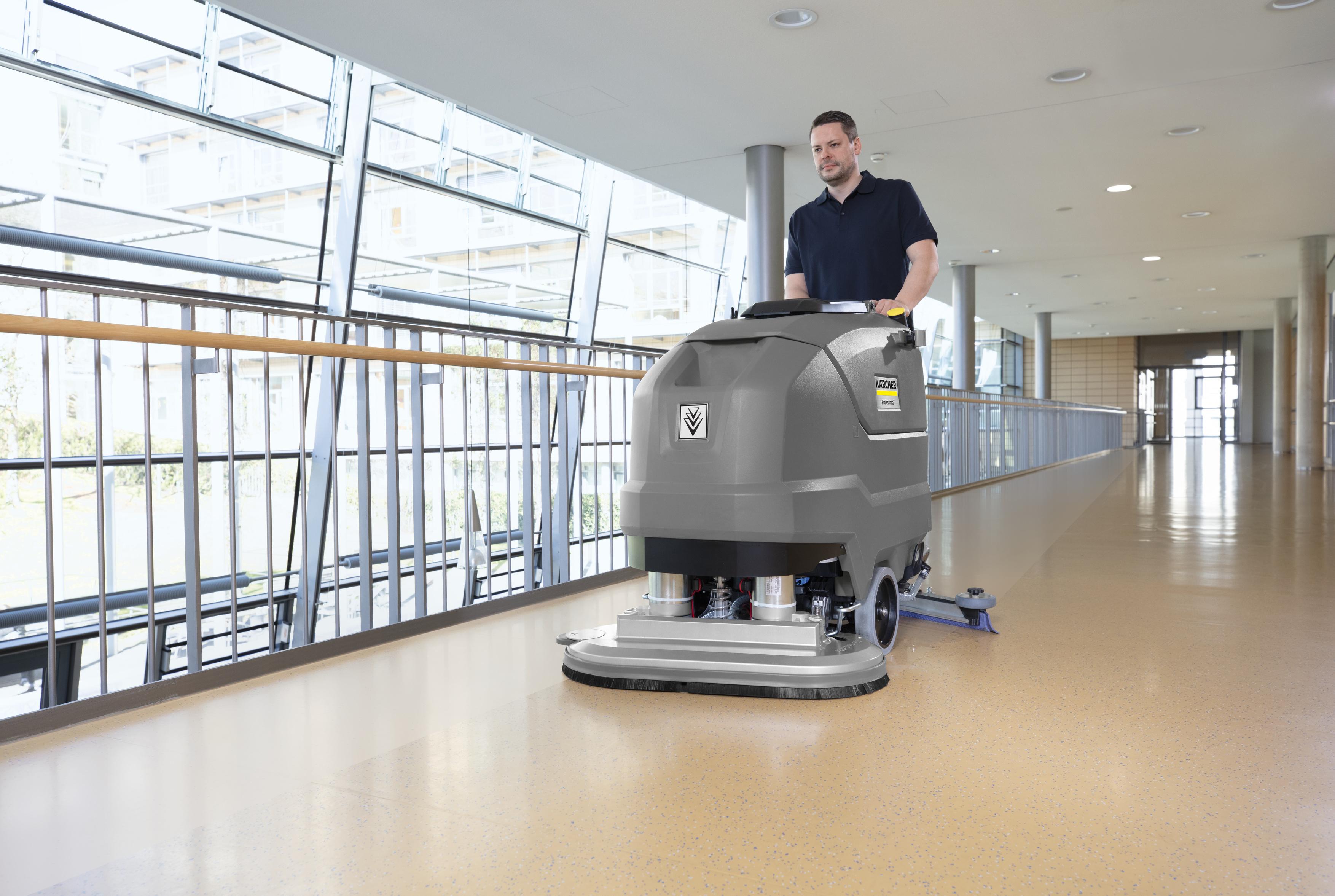 Reinigung mit einer Kärcher Scheuersaugmaschine im Krankenhaus