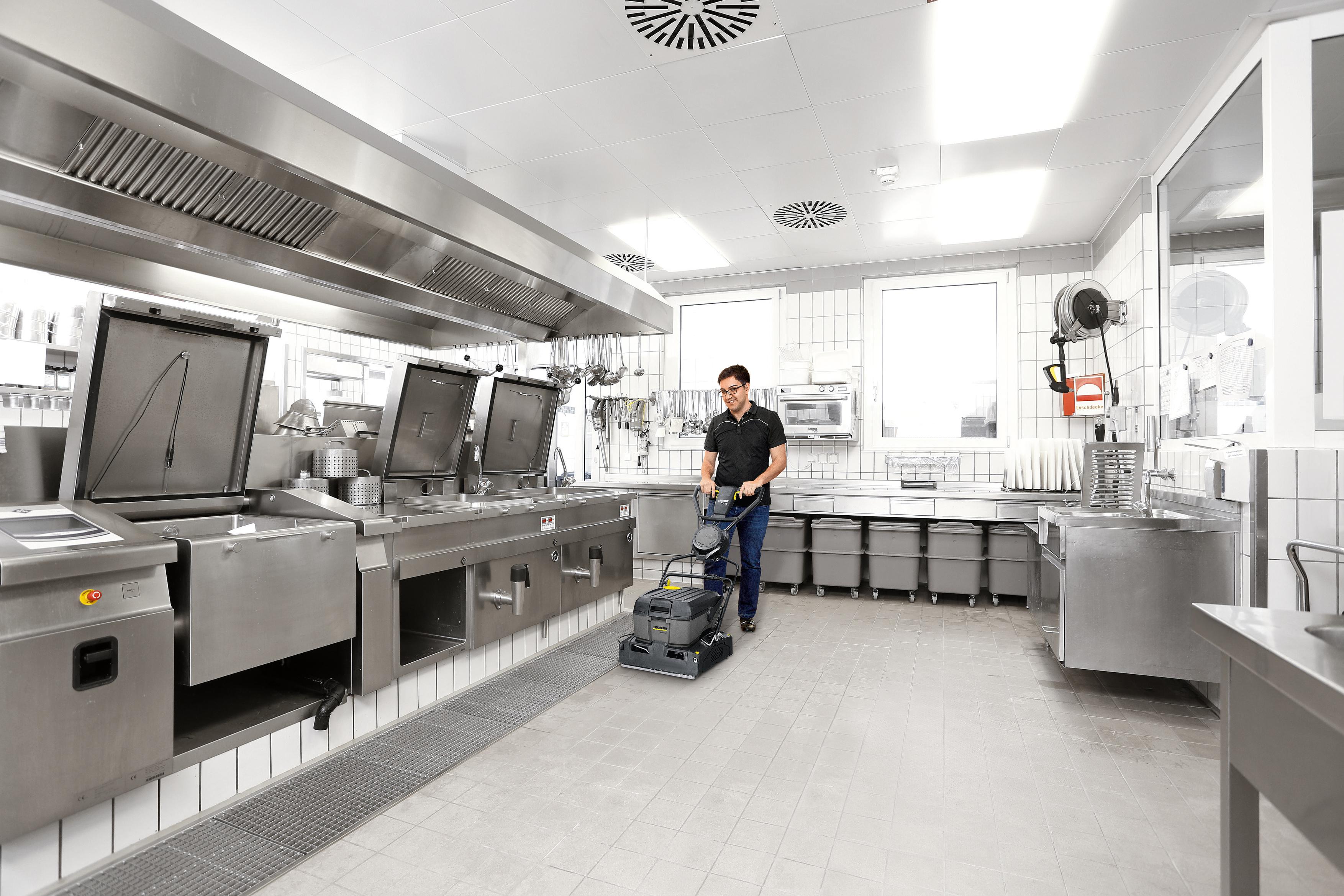 Reinigung in einer Küche mit einer Kärcher Scheuermaschine