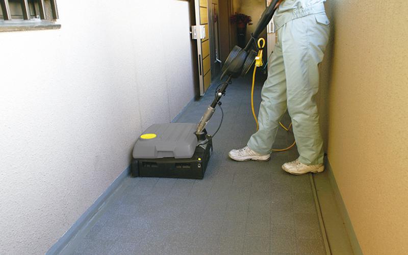 ⽬地のある床を清掃している画像