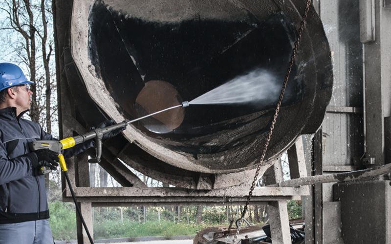 工場機材の頑固な汚れを温水洗浄で効率的に