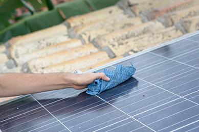 手作業による太陽光パネル洗浄