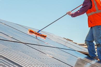 モップによる太陽光パネル洗浄