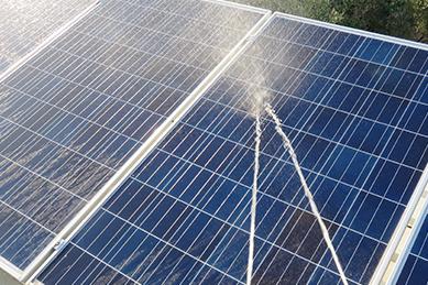 高圧洗浄機による太陽光パネル洗浄