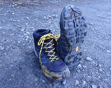 靴底の溝に泥が入り込んだ状態