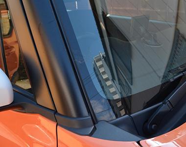車窓に虫がぶつかり、ワイパーでも汚れが取れない状態