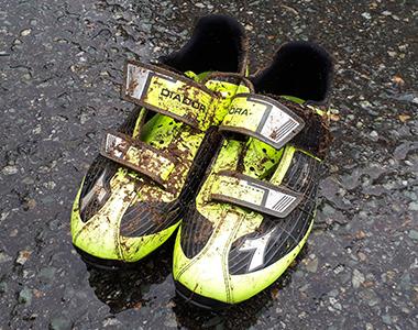 駐車場の車に戻り、靴を履き替えてから汚れたシューズを洗浄する