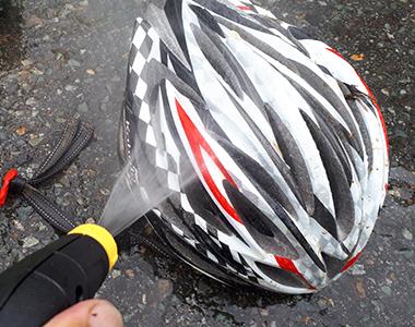 汚れはしっかり落とせるものの、ヘルメット自体が飛ばないちょうど良い水圧で洗浄できる