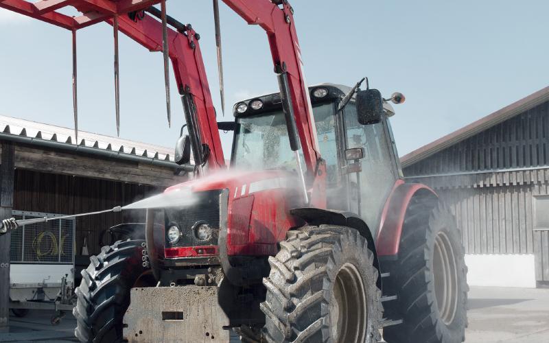 農業機械の洗浄を行なっている画像