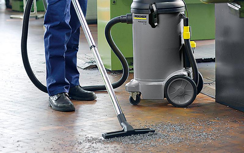 床のゴミを掃除している画像