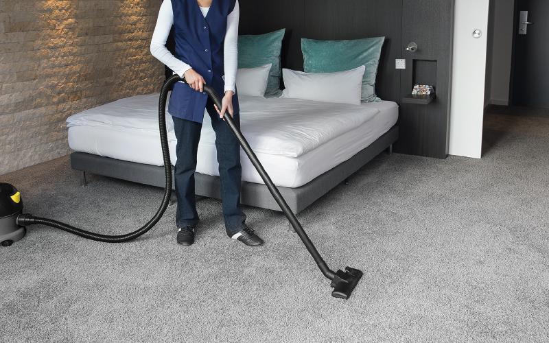 ホテルの客室清掃をしている画像