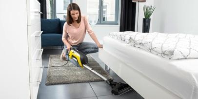 Уборка под мебелью с помощью вертикального пылесоса Керхер