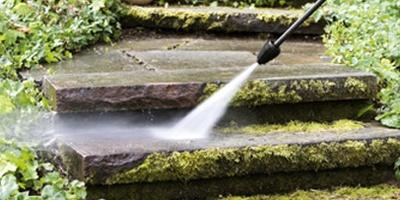Limpiar baldosas de aceras con musgo